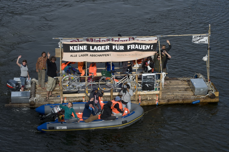 Ankunft der Boote der Fluechtlingsfrauen in  Berlin